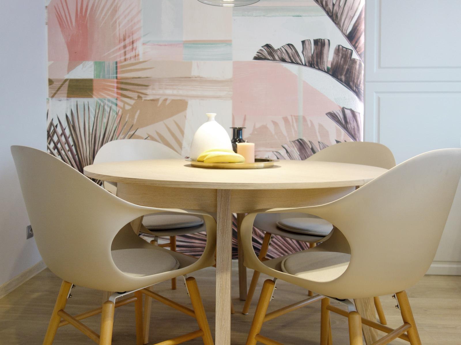 1 architekt wnetrz R078 mieszkanie siemianowice slaskie jadalnia okragly drewniany stol krzesla kubelkowe tapata liscie wall deco