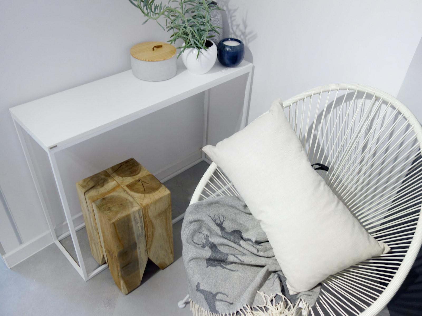 1 projektant wnetrz R056 dom dabrowa gornicza hol konasola na metalowych nogach bialy azurowy fotel stole drewniany