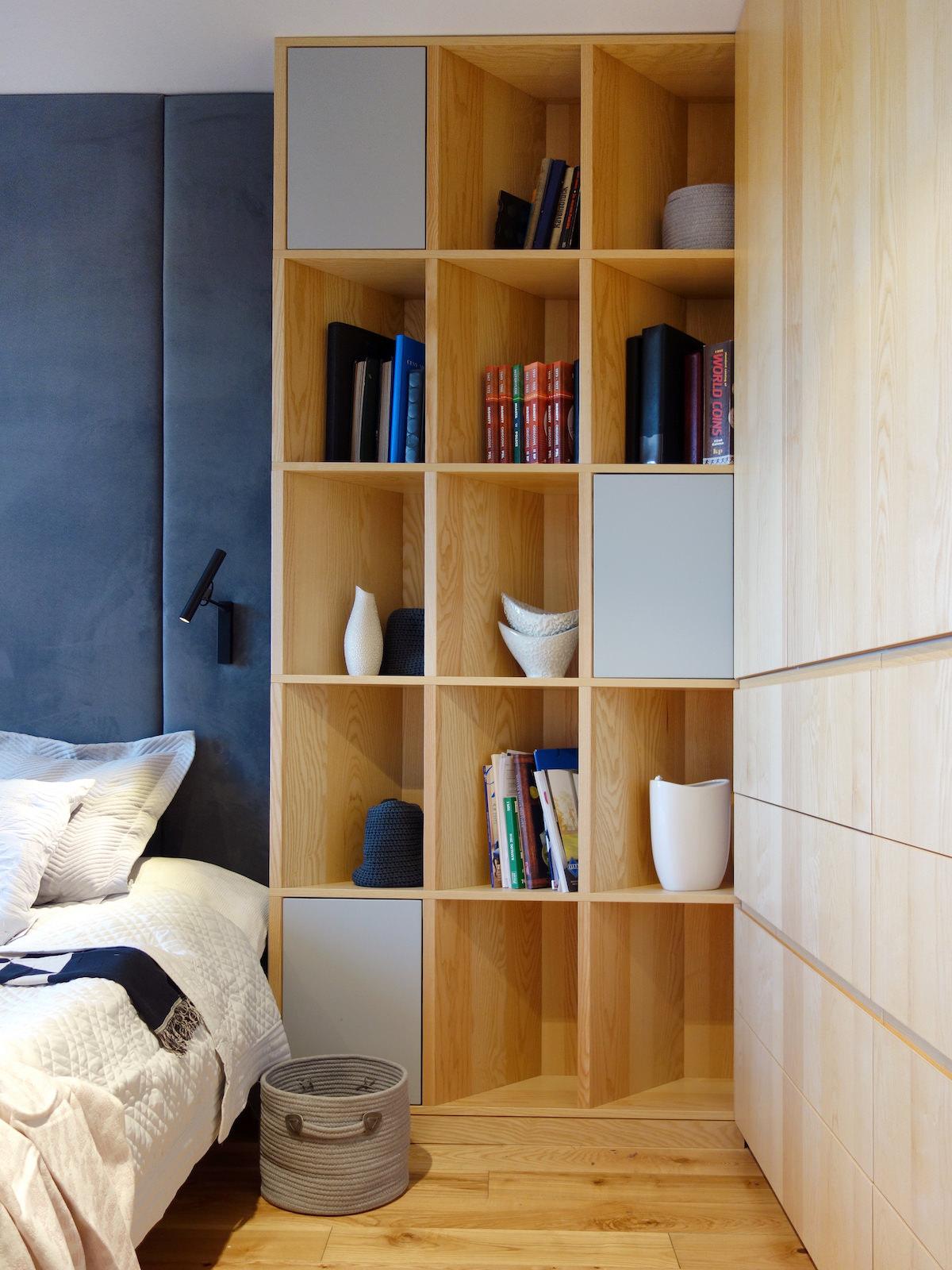 1 projektowanie wnetrz R034 dom katowice sypialnia zabudowa meblowa regal na kasiazki zaglowek granatowy na scianie kinkiet do sypialni