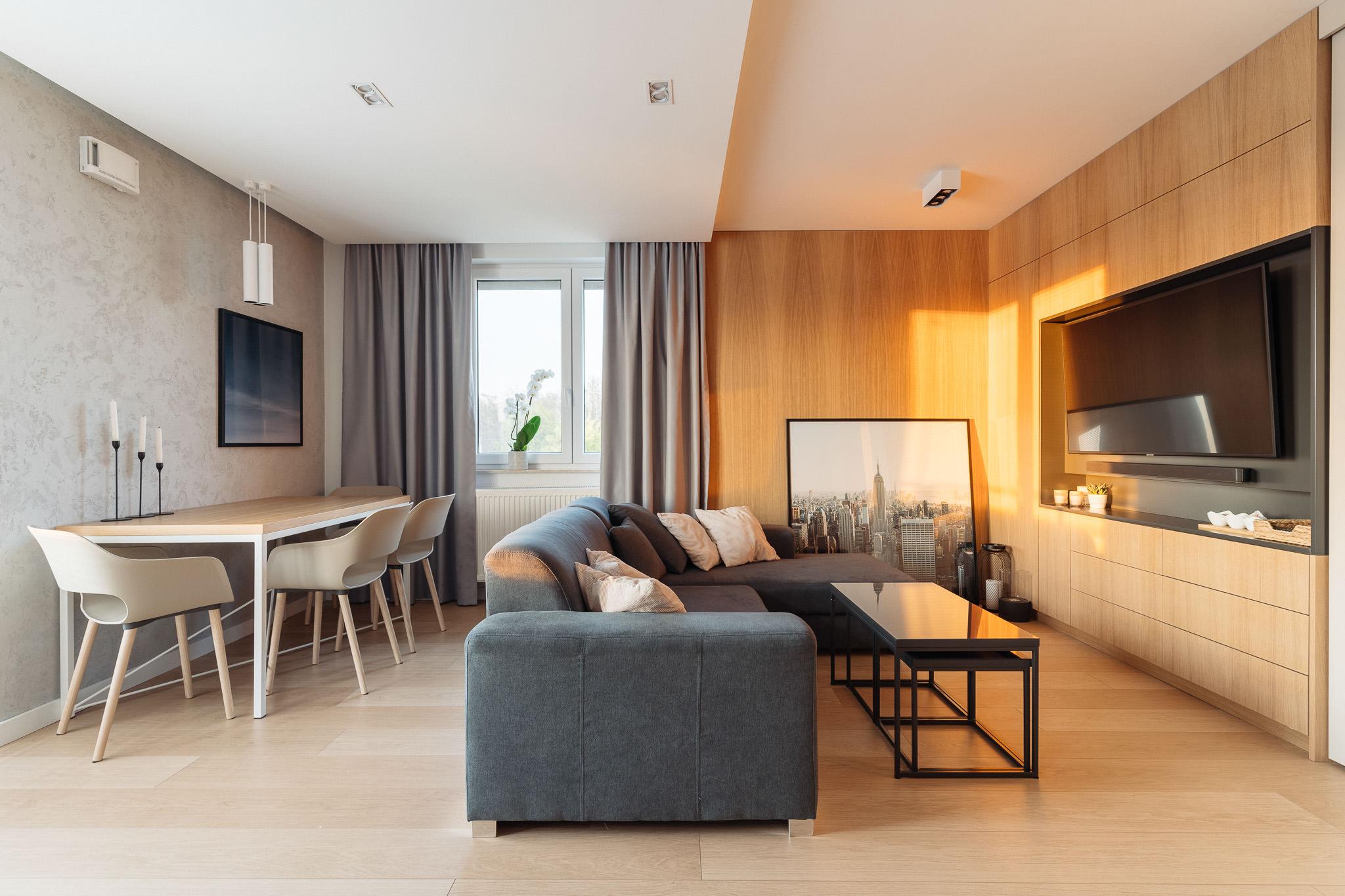 1 projketowanie wnetrz R105 mieszkanie Krakow pokoj dzienny zabydowa meblowa pod telewizor betonowa sciana niebieska sofa drewno na scianie