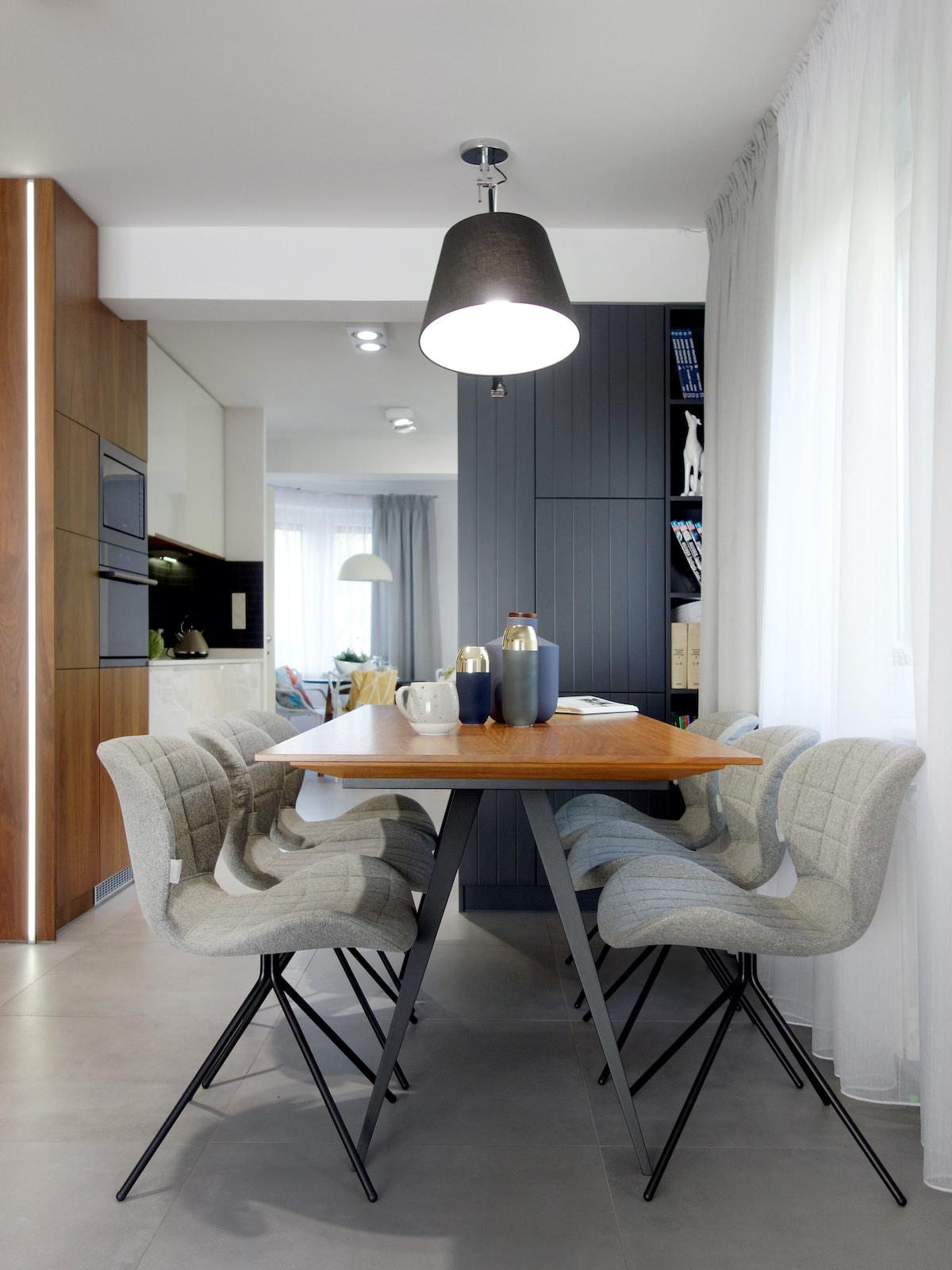 10 projektant wnetrz R056 dom dabrowa gornicza jadalnia przy kuchni stol na metalowych nogach szare krzesla lampa nad stolem