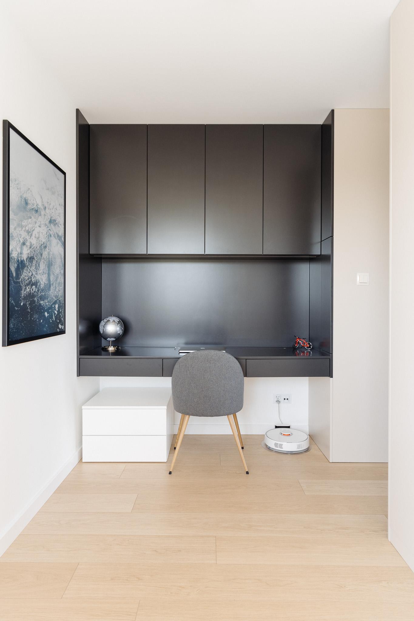11 projketowanie wnetrz R105 mieszkanie Krakow biuro w domu zabudowa biurka ukryte pomieszczenie kacik do pracy
