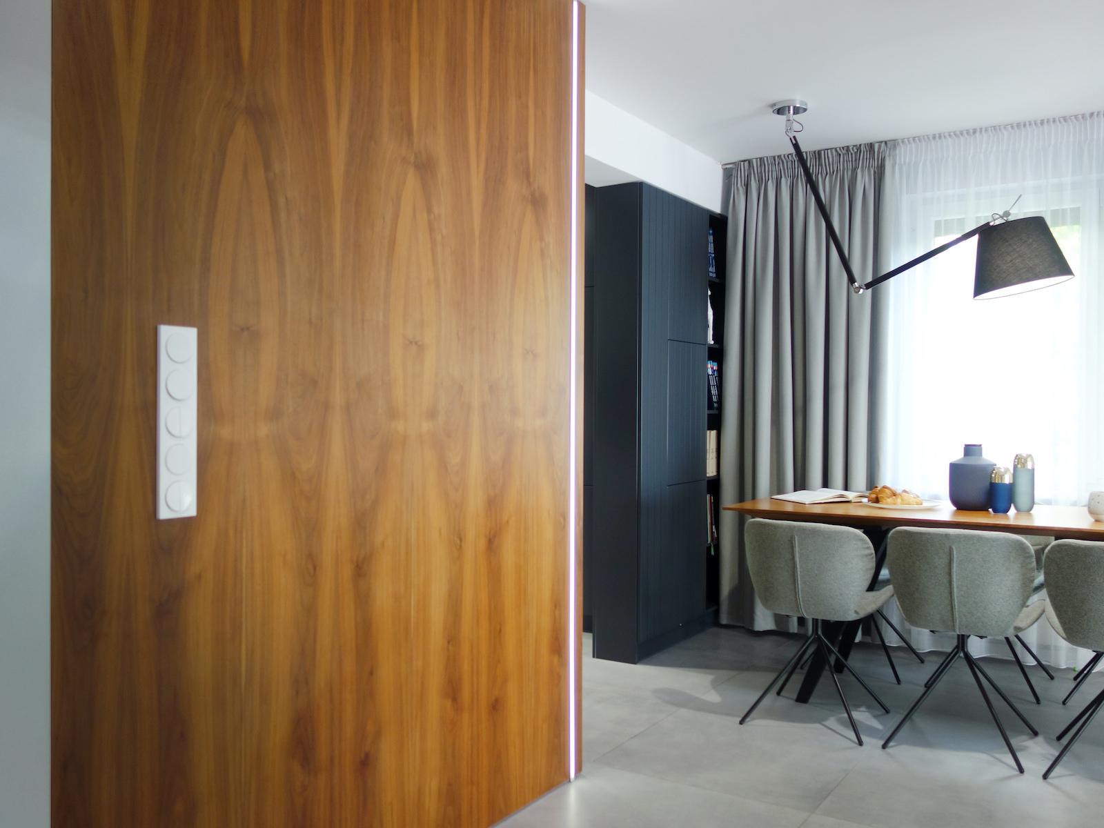 12 projektant wnetrz R056 dom dabrowa gornicza jadalnia stol z drewnanym blatem drewno na scianie lampa na wysiegniku wlaczniki swiatla