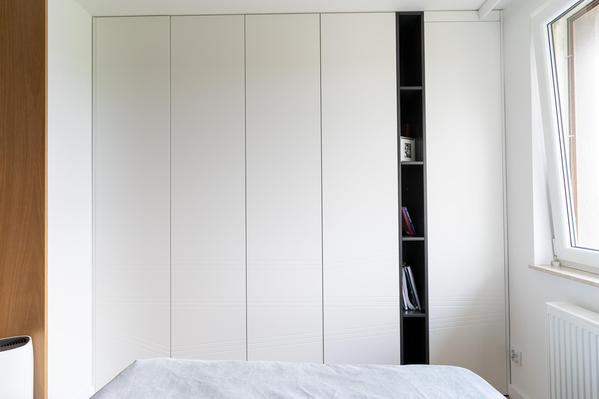 12 projketowanie wnetrz R105 mieszkanie Krakow sypialnia szafa biale fronty szafa garderobiana frezy na froncie wneka na ksiazki