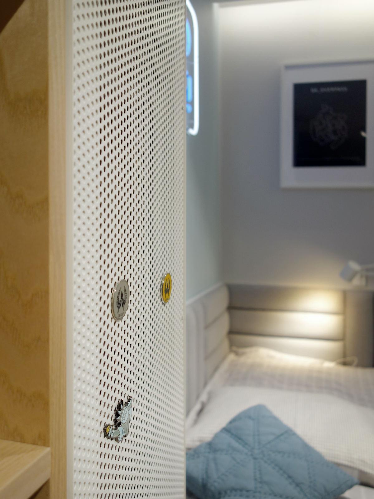13 projektowanie wnetrz R034 dom katowice pokoj chlopca kacik do spania szary zaglowek magnesy na zabudowie meblowej