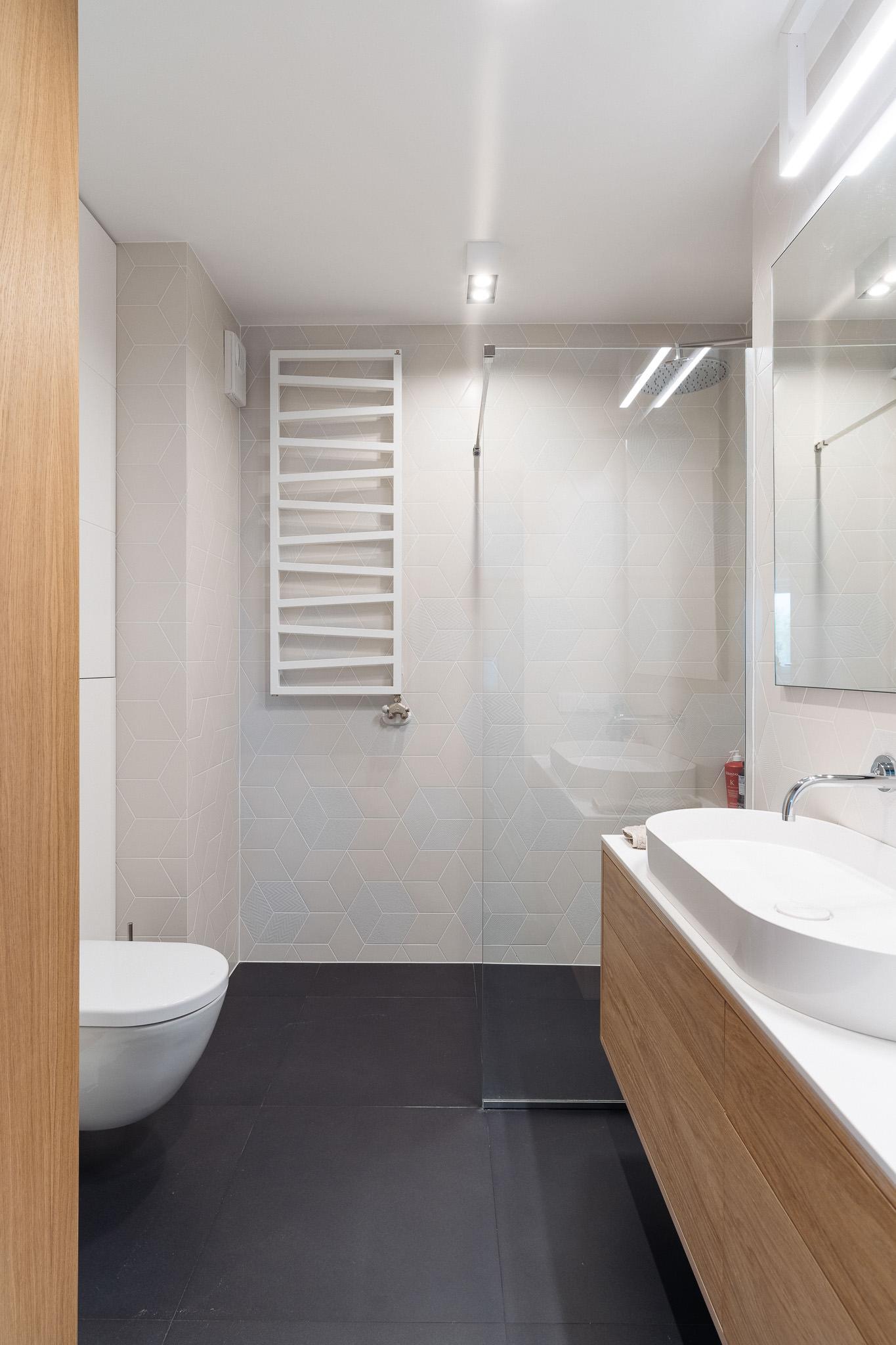 13 projketowanie wnetrz R105 mieszkanie Krakow lazienka plytki heksagony biale plytki grafitowa podloga kabina walk in owtarty prysznic zabudowa pralki
