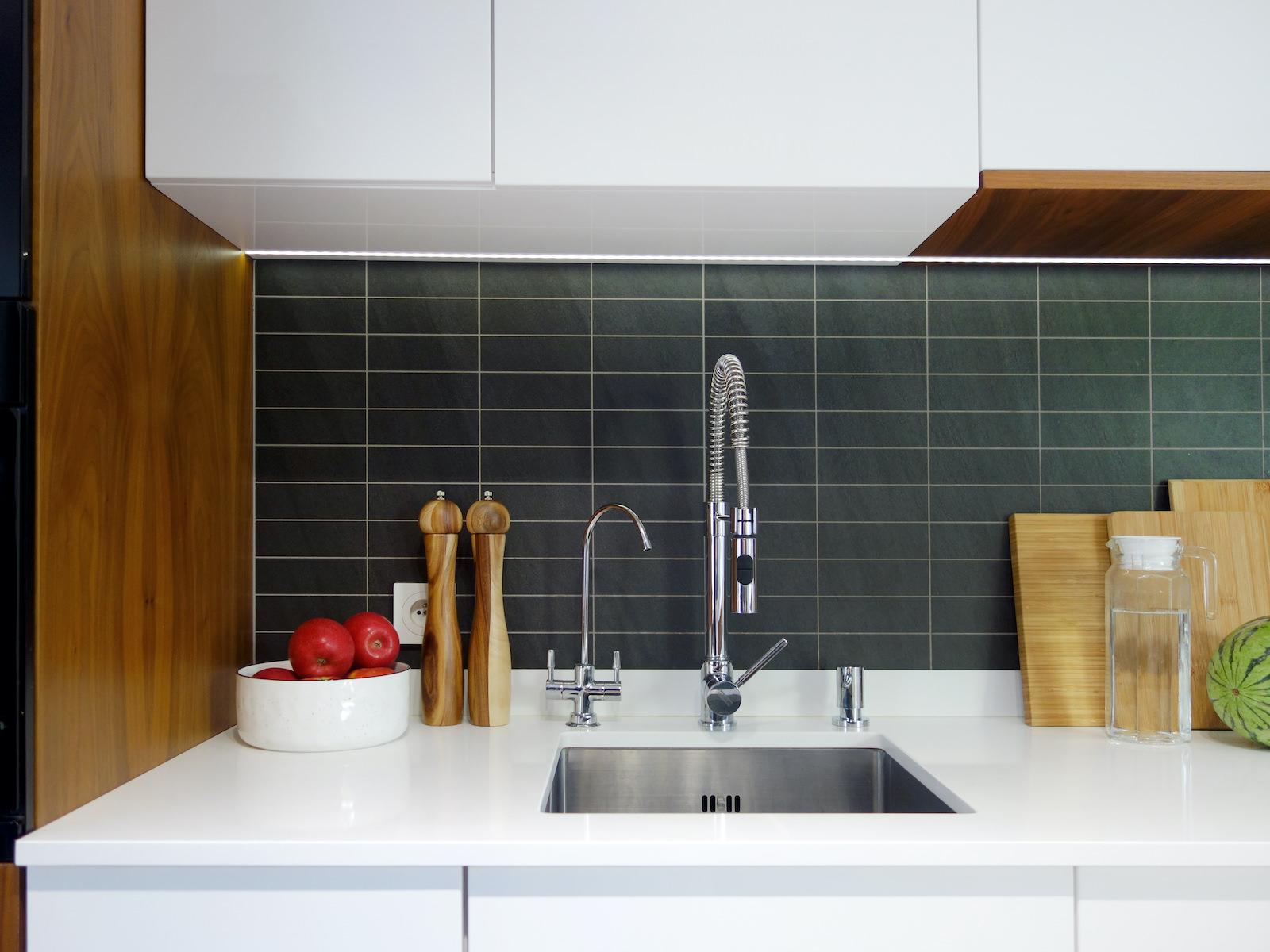 14 projektant wnetrz R056 dom dabrowa gornicza kuchnia bialy blat kuchenny plytki miedzy szafkami okap w zabudowie