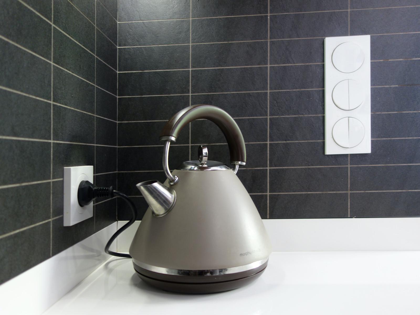 15 projektant wnetrz R056 dom dabrowa gornicza kuchnia detal czajnik do kuchni czarne plytki miedzy szafkami wlaczniki swiatla