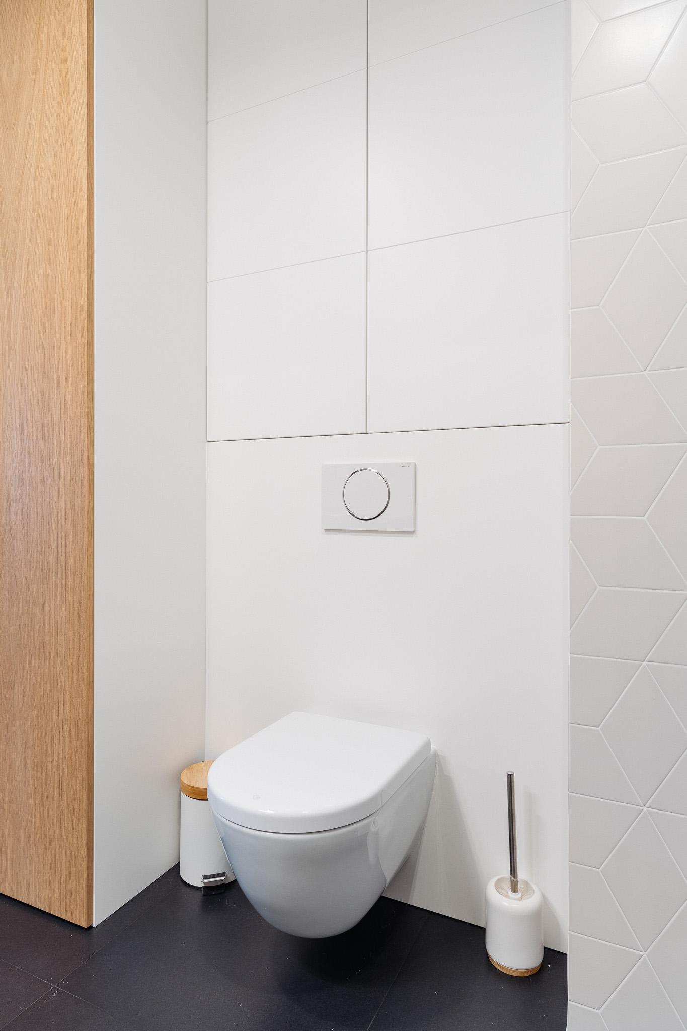 15 projketowanie wnetrz R105 mieszkanie Krakow lazienka zabudwa stelaza polki nad miska wc zabudowa pralki grafitowe plytki na podlodze