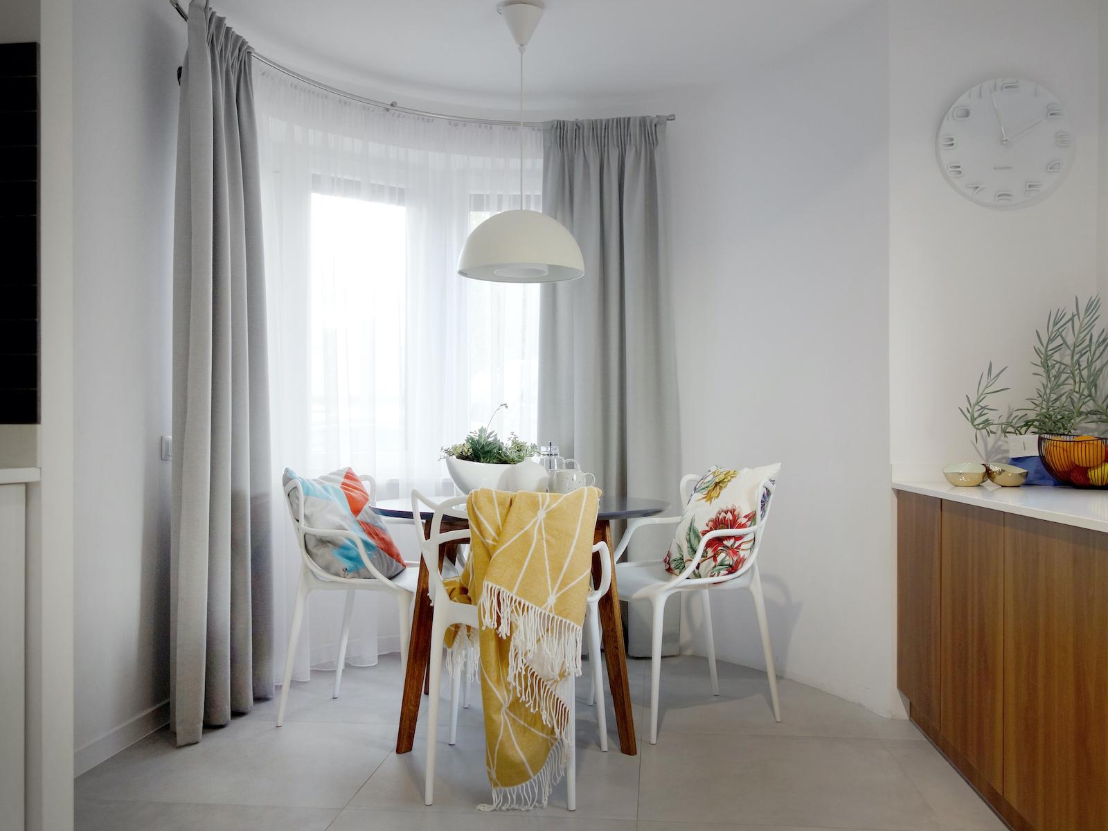 17 projektant wnetrz R056 dom dabrowa gornicza kuchnia z kacikiem jadalnianym okragly stol biale krzesla