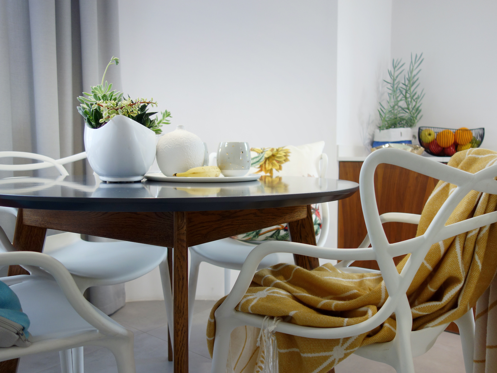 18 projektant wnetrz R056 dom dabrowa gornicza okragly stol biale plastikowe krzesla