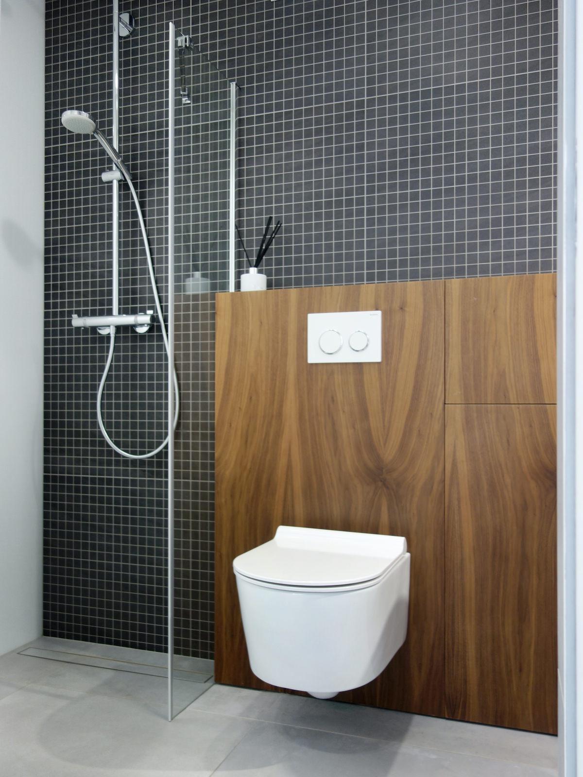 19 projektant wnetrz R056 dom dabrowa gornicza lazienka z prysznicem czarna mozaika zabudowa stelaza plyta meblowa