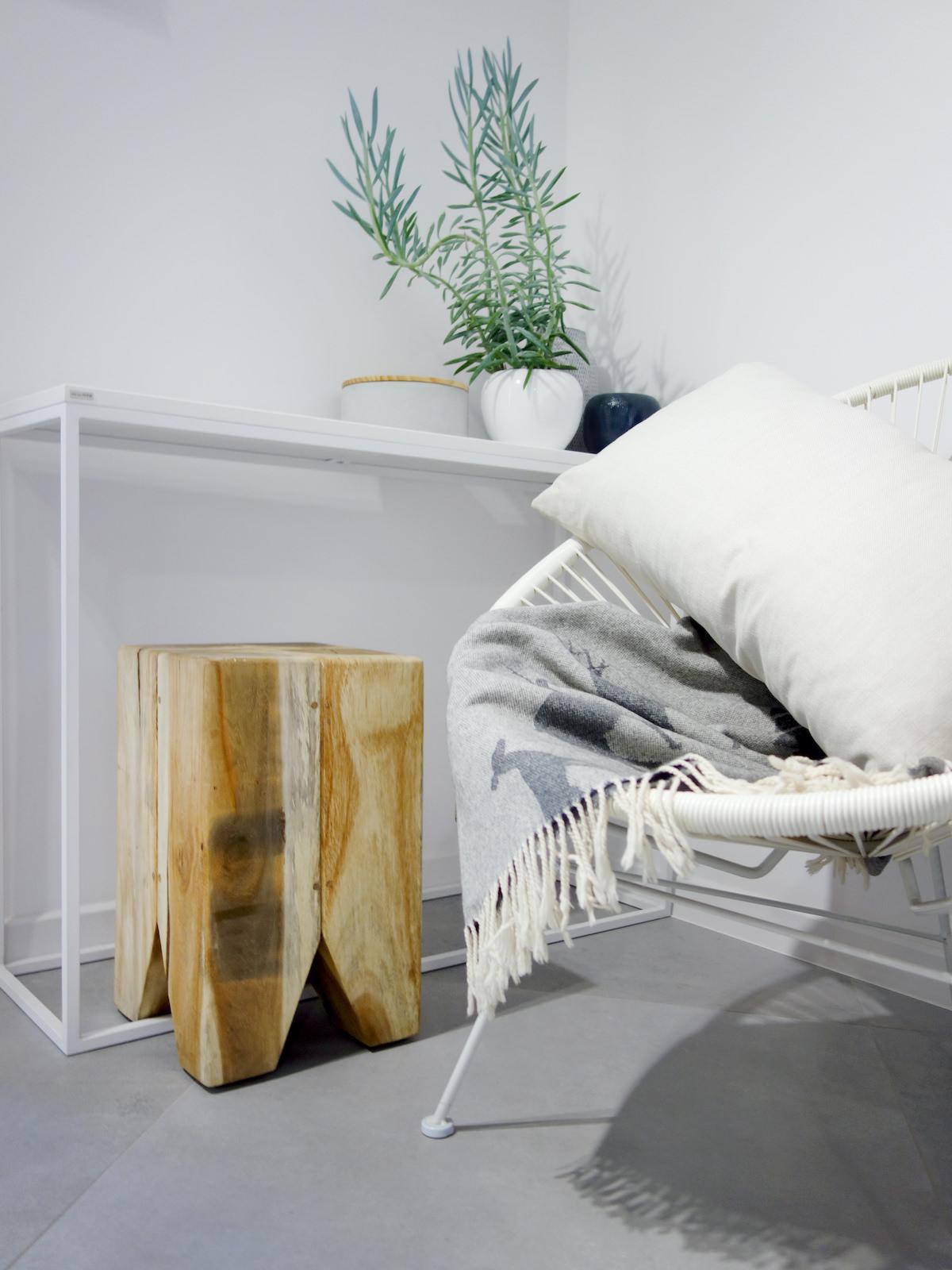 2 projektant wnetrz R056 dom dabrowa gornicza hol detal bialy fotel drewniany stolek