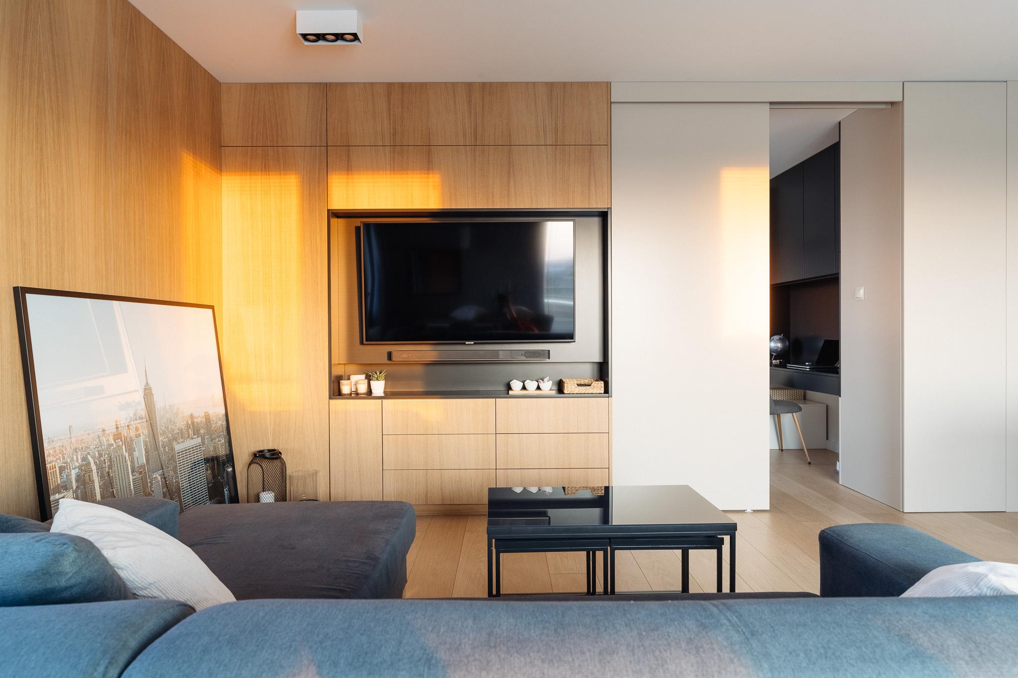 2 projketowanie wnetrz R105 mieszkanie Krakow pokoj dzienny zabudowa telewizora ukryte pomieszczenie drewno na scianie
