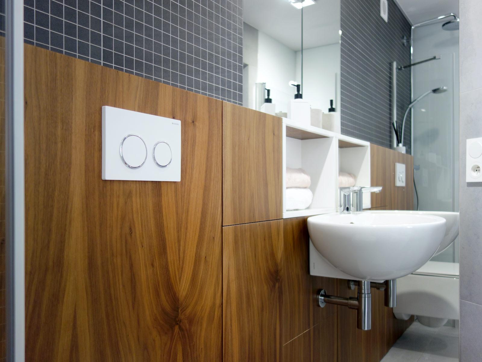 20 projektant wnetrz R056 dom dabrowa gornicza lazienka zabudowa meblowa umywalka narozna otwarta polka drewno w lazience