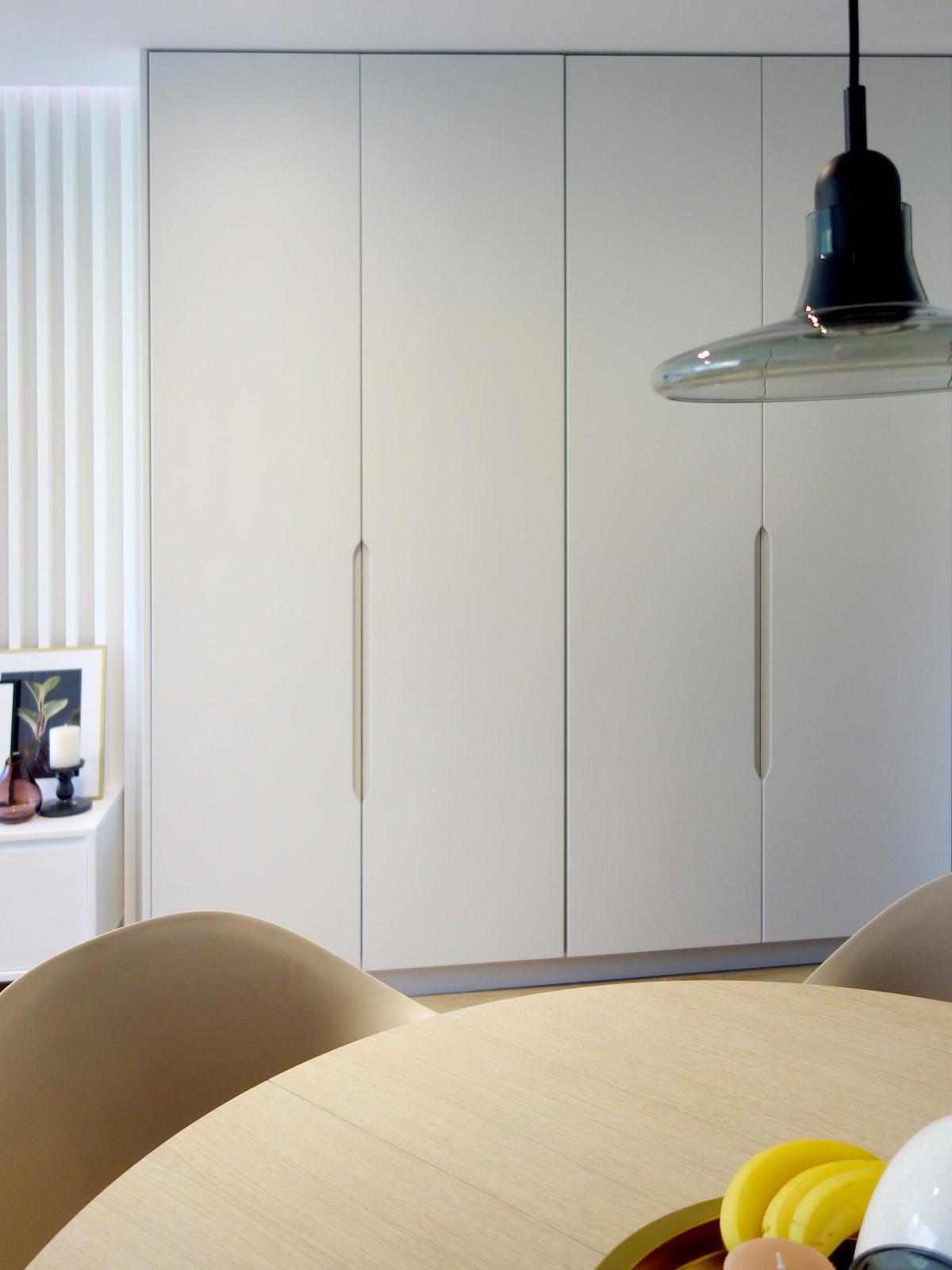 3 architekt wnetrz R078 mieszkanie siemianowice slaskie zabudowa meblowa biala frezowane uchwyty listewki na scianie okragly stol