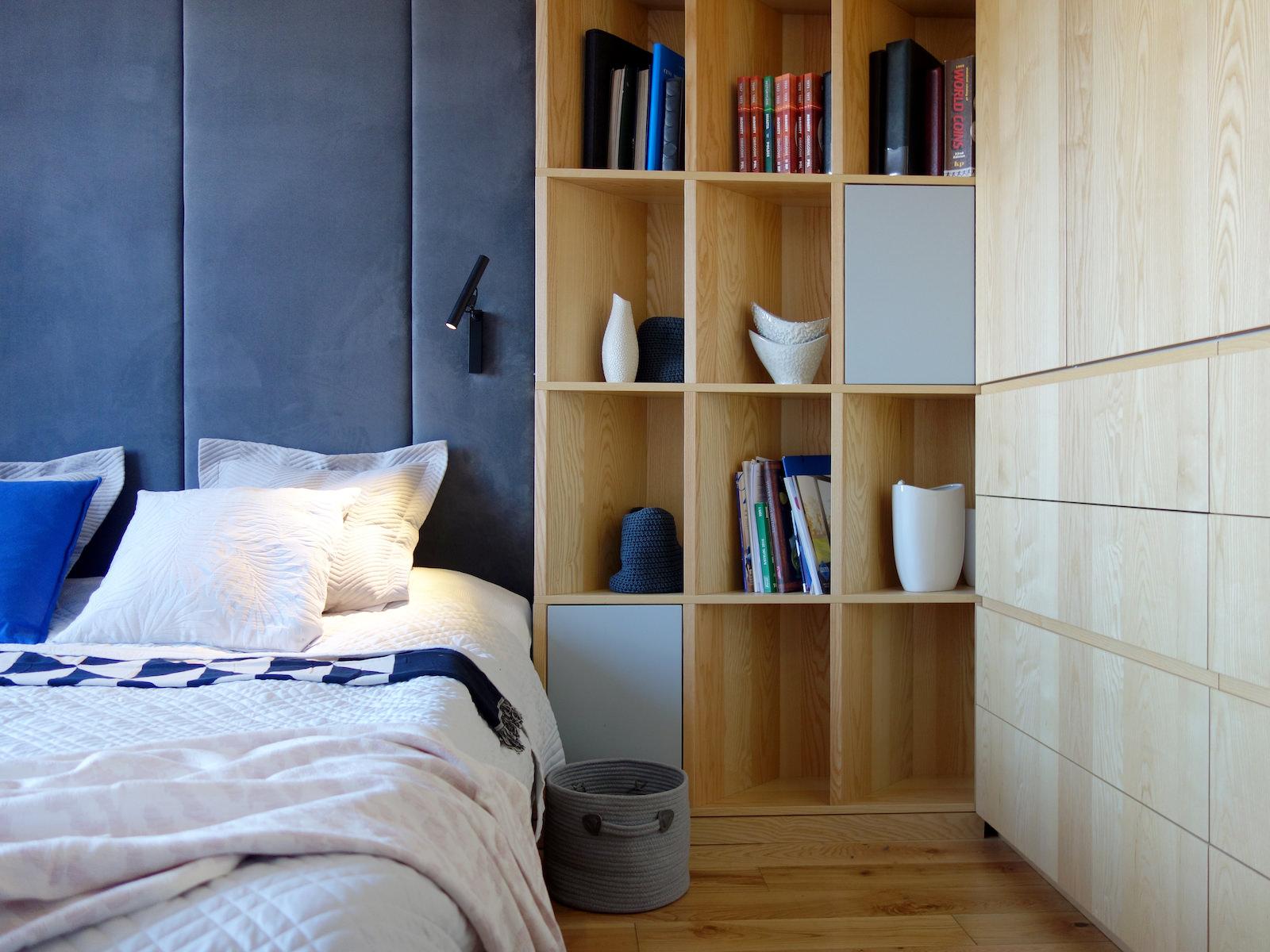 3 projektowanie wnetrz R034 dom katowice sypialnia zabudowa meblowa szafa w sypialni drewniane fronty granatowy zaglowek