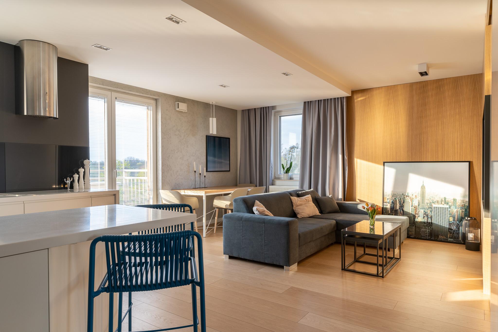 3 projketowanie wnetrz R105 mieszkanie Krakow strefa dzienna niebieskie hokery betonowa sciana drewno na scianie podwieszany sufit