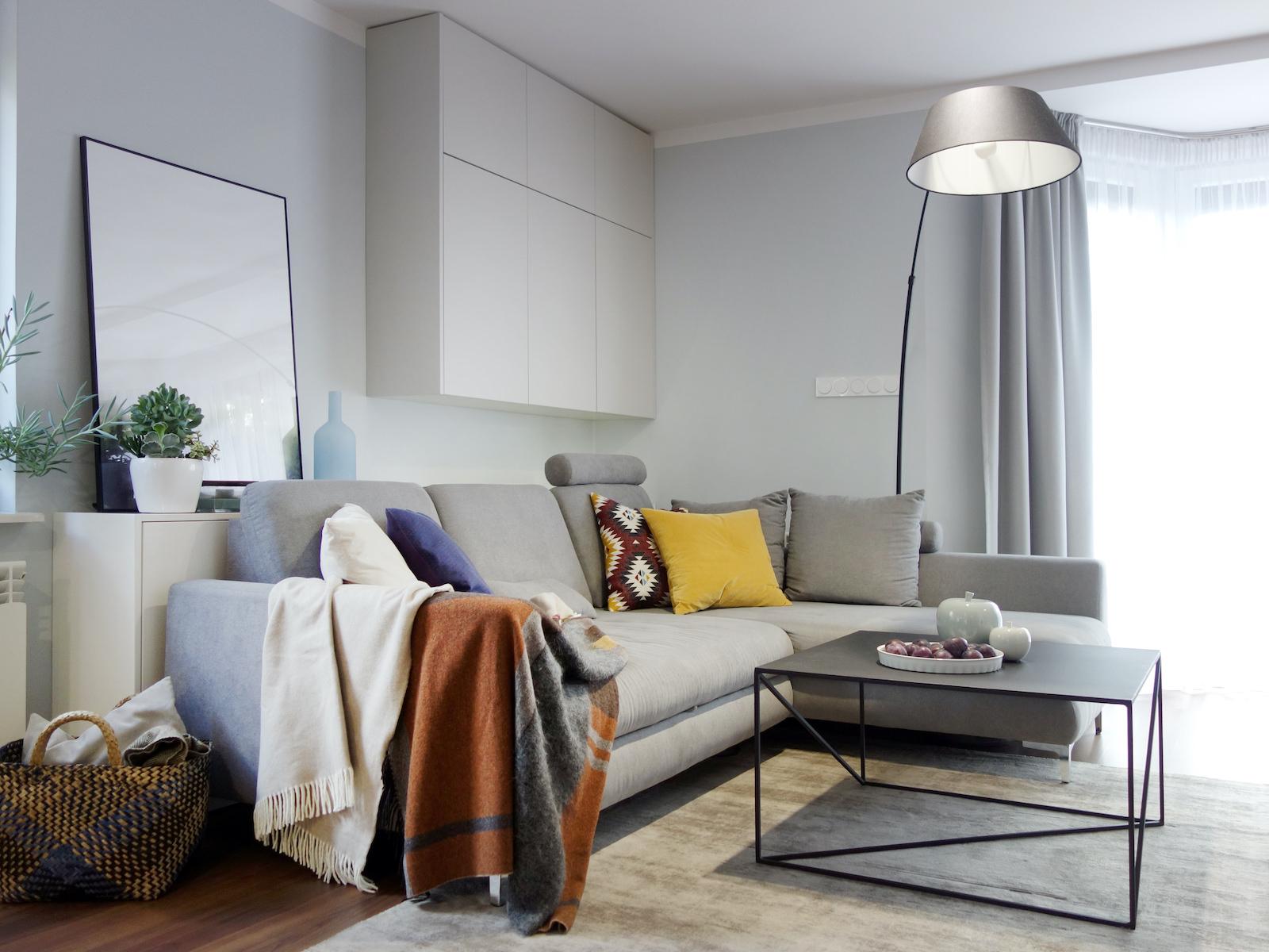 4 projektant wnetrz R056 dom dabrowa gornicza salon szara sofa czarny stolik maetalowy jasny dywan