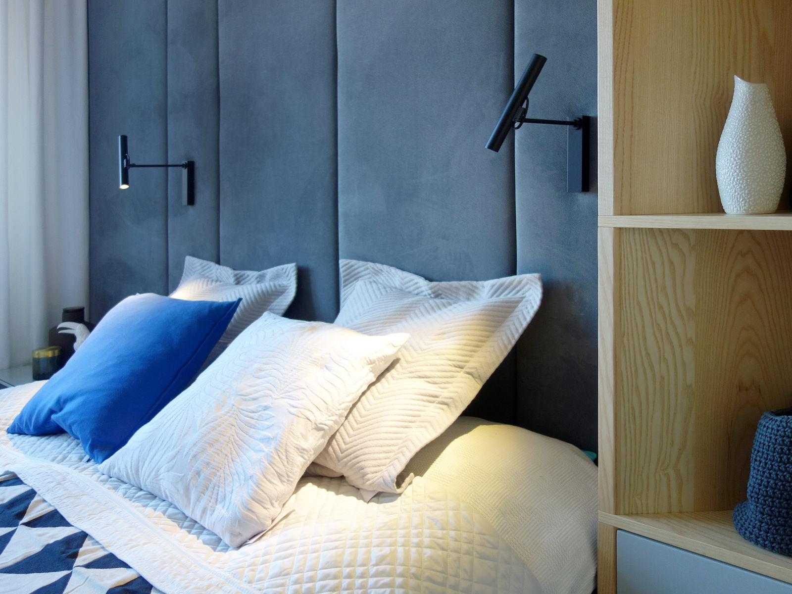 4 projektowanie wnetrz R034 dom katowice sypialnia lozko z zaglowkiem na scianie granatowy w sypialni kinkiety do czytania kasiazki