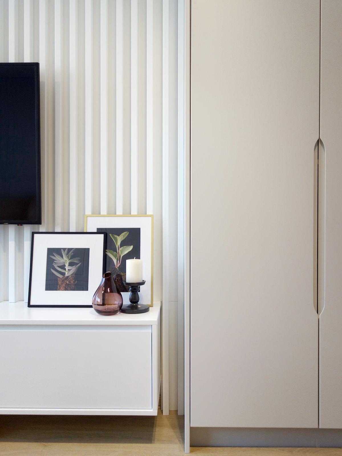 5 architekt wnetrz R078 mieszkanie siemianowice slaskie salon zabudowa meblowa biala listewki biale na scienie szafka rtv