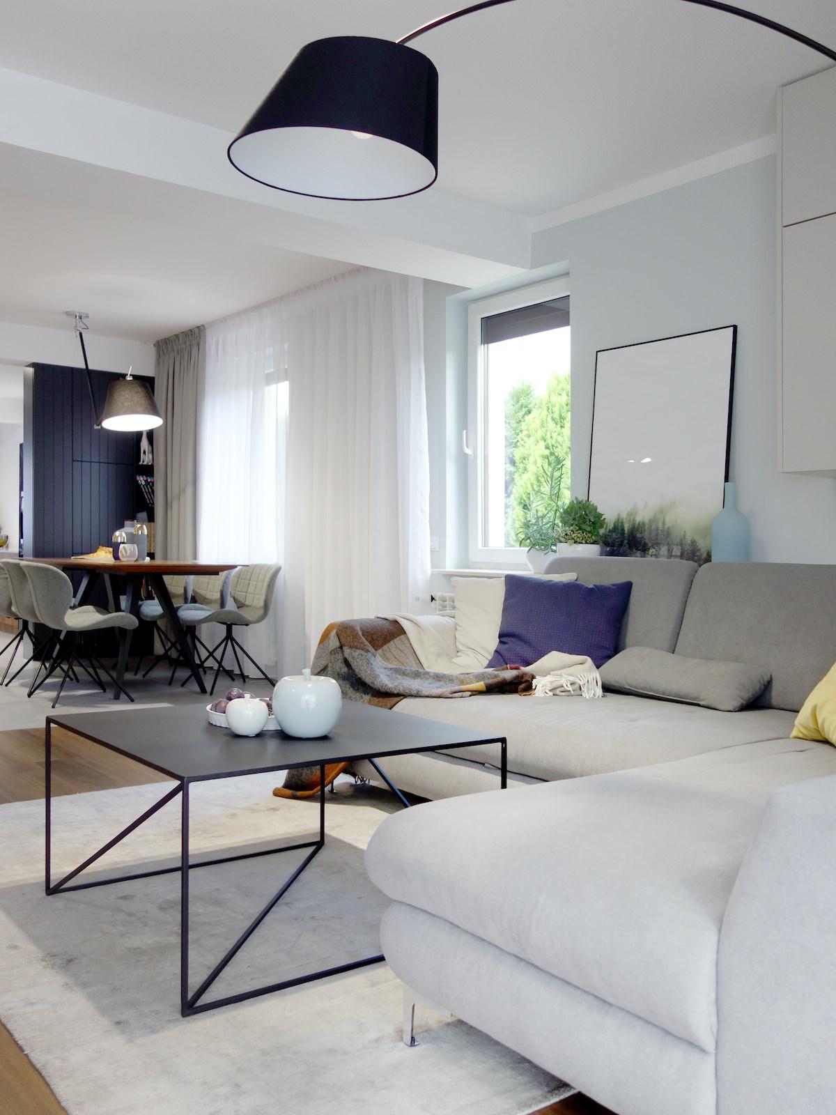 5 projektant wnetrz R056 dom dabrowa gornicza pokoj dzienny szara sofa czarny stolik lampa stojaca