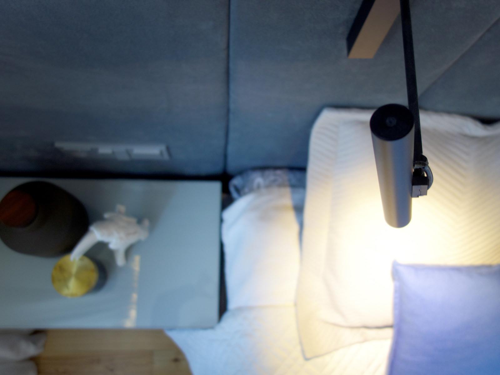 5 projektowanie wnetrz R034 dom katowice sypialnia detal oswietlenia kinkiet nad lozkiem kolor granatowy