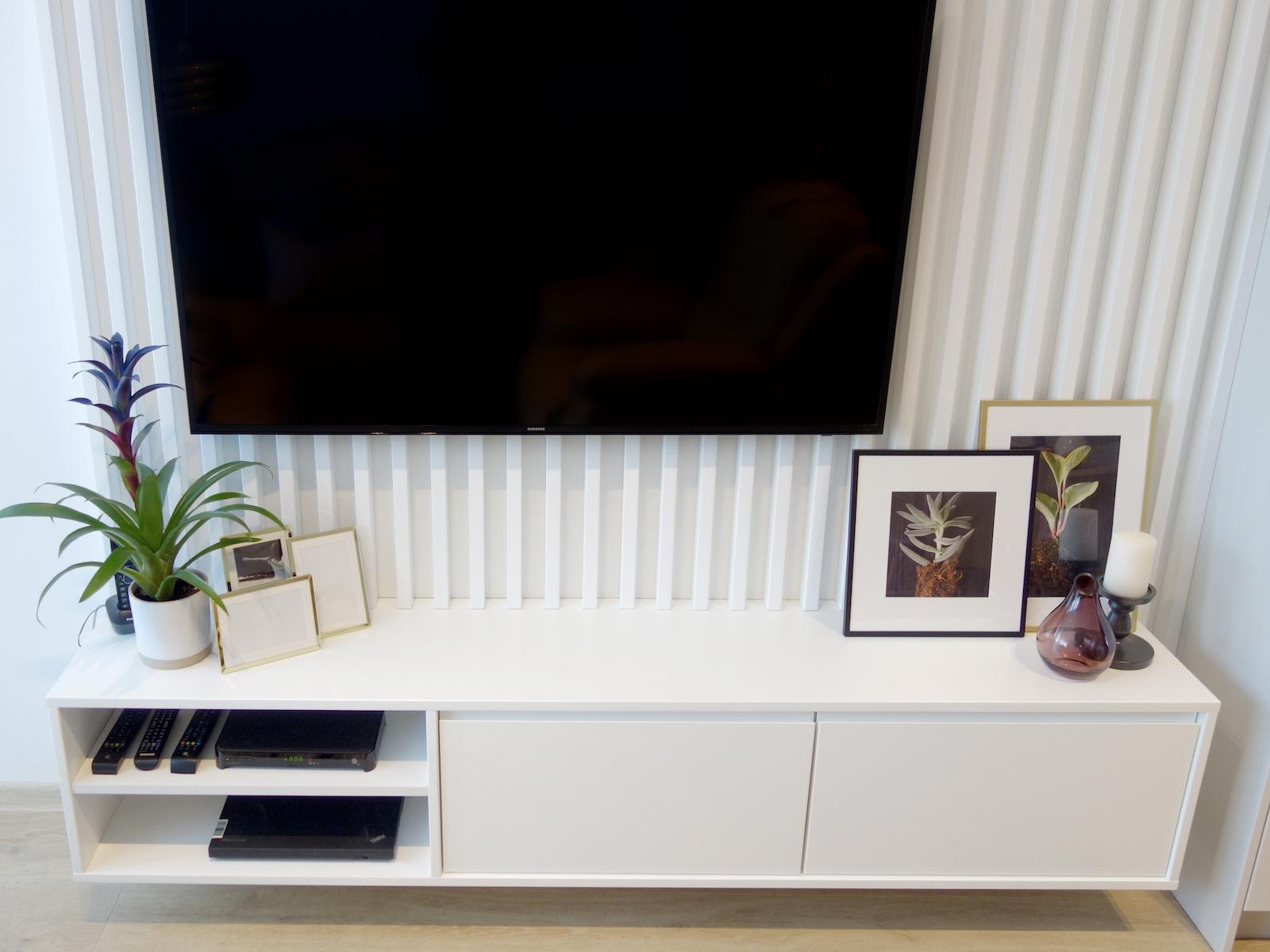 6 architekt wnetrz R078 mieszkanie siemianowice slaskie salon sciana telewizyjna biale listewki na scianie szafka rtv