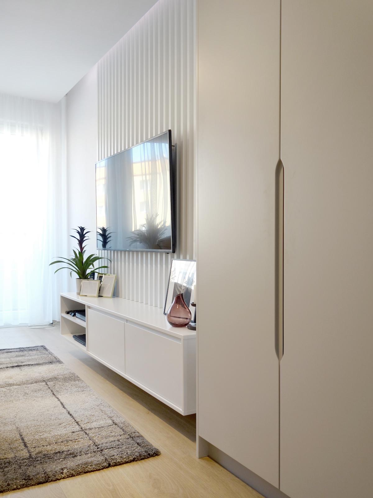 8 architekt wnetrz R078 mieszkanie siemianowice slaskie salon sciana telewizyjna telewizor na scianie biala zabudowa meblowa