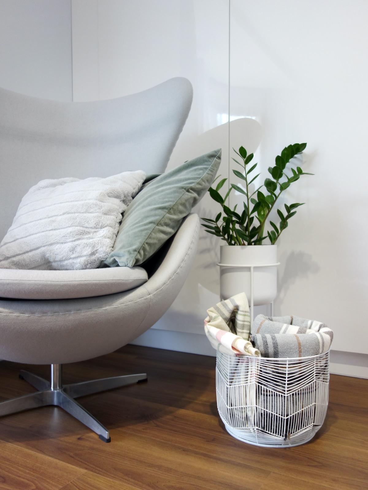 8 projektant wnetrz R056 dom dabrowa gornicza fotel do salony szary przytulny kacik w salonie
