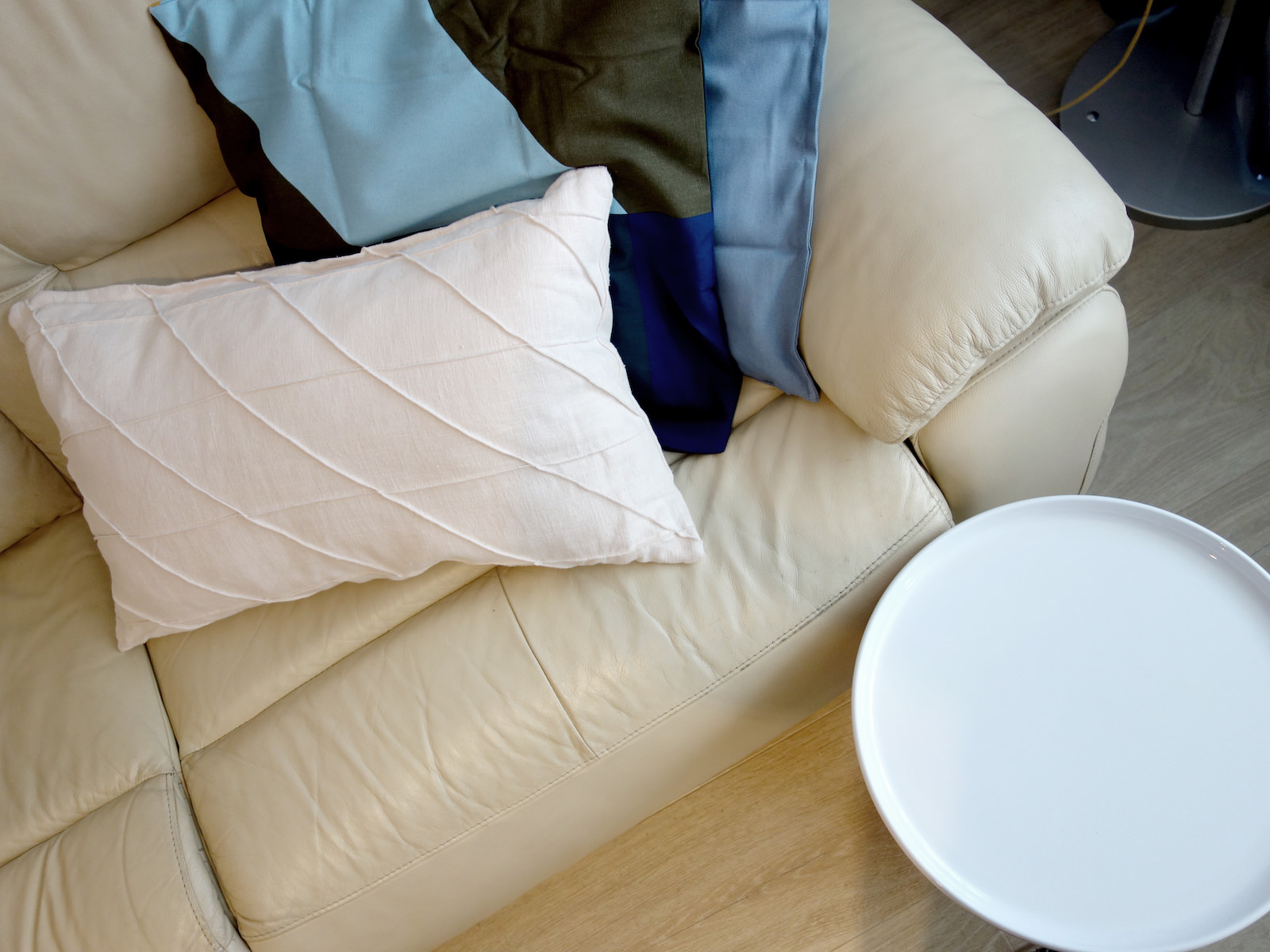 9 architekt wnetrz R078 mieszkanie siemianowice slaskie salon sofa skorzana bialy okragly stolik poduszki na sofie