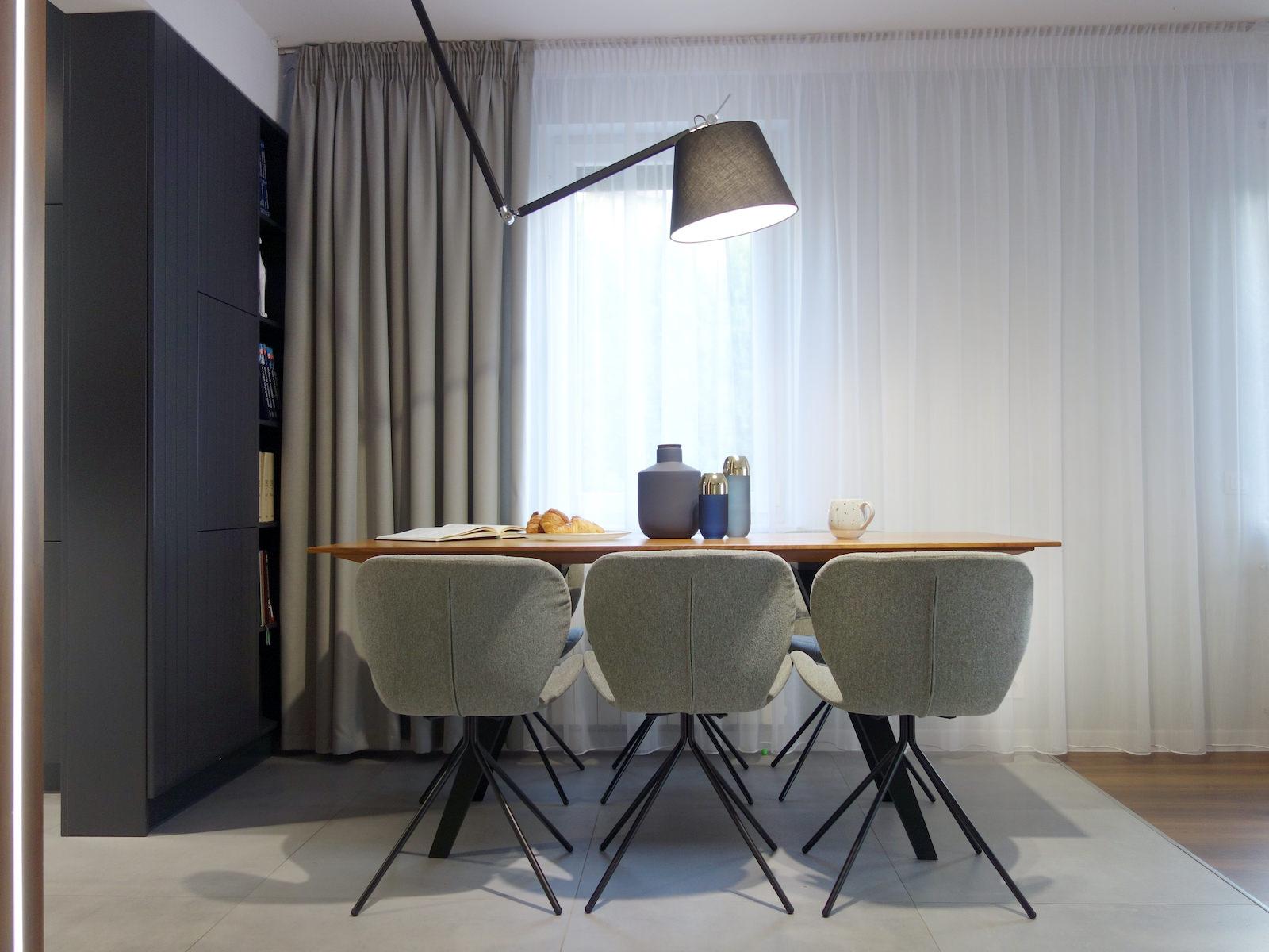 9 projektant wnetrz R056 dom dabrowa gornicza jadalnia stol drewniany blat metalowe nogu szare tapicerowane krzesla zabudowa meblowa w jadalni
